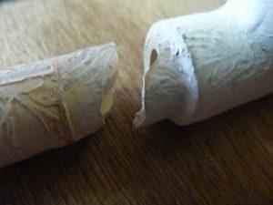 Détail de la cassure nette du tube PVC en 14