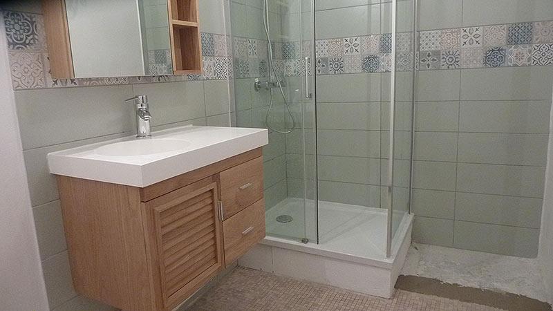 salle de bains renovée aux standards des années 2000