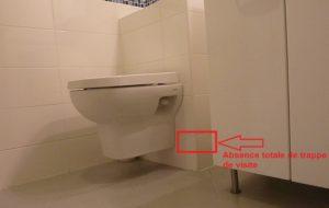 Il n'y a aucune trappe de visite sur ces toilettes suspendues