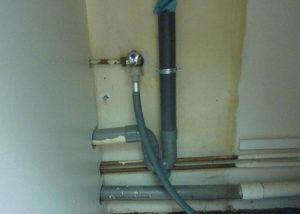 L'évacuation de la machine à laver est reprise sur celle de l'évier !
