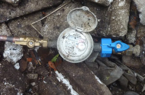 Un compteur à eau avec une double fermeture