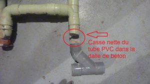 Un tube de PVC cassé net dans la dalle de béton