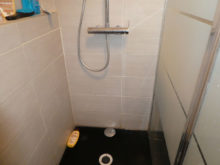 Dégâts des eaux depuis une cabine de douche à cause d'une mauvais étancheité